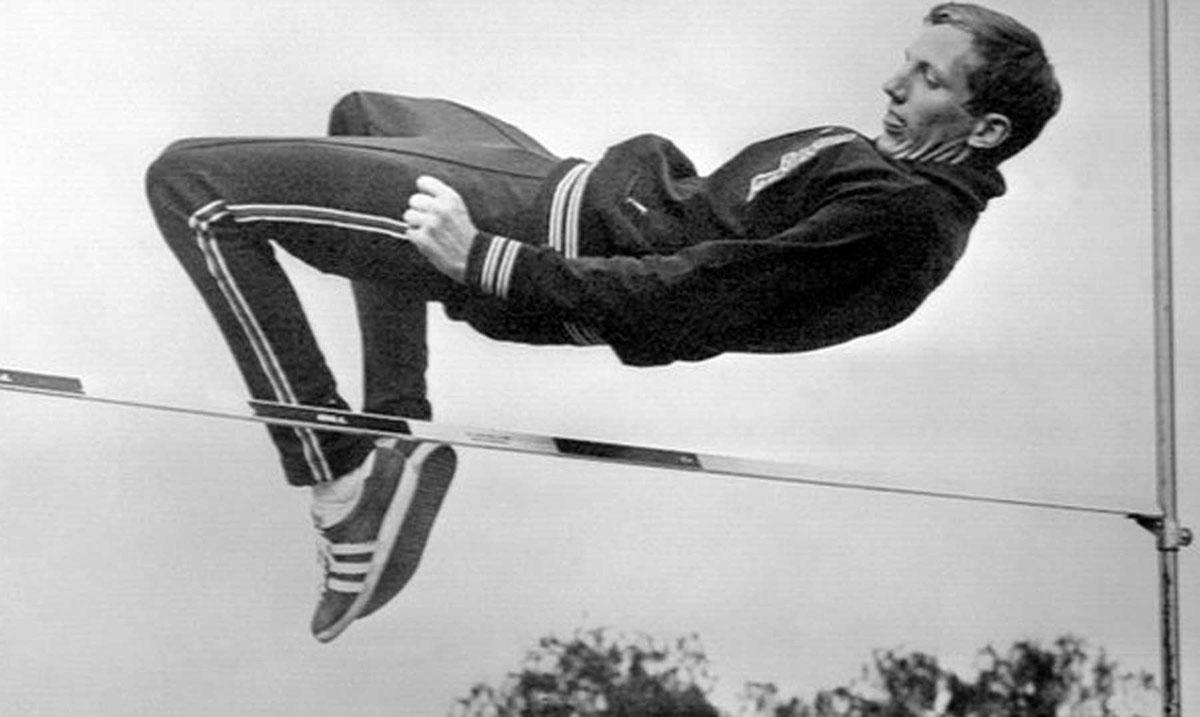 Imagen de Dick Fosbury en un ejemplo de saltar diferente, pasando por encima del listón, de espaldas y de cabeza hacia él.